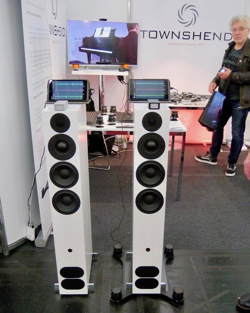Zwei Lautsprecher mit und ohne Isolationsplattform