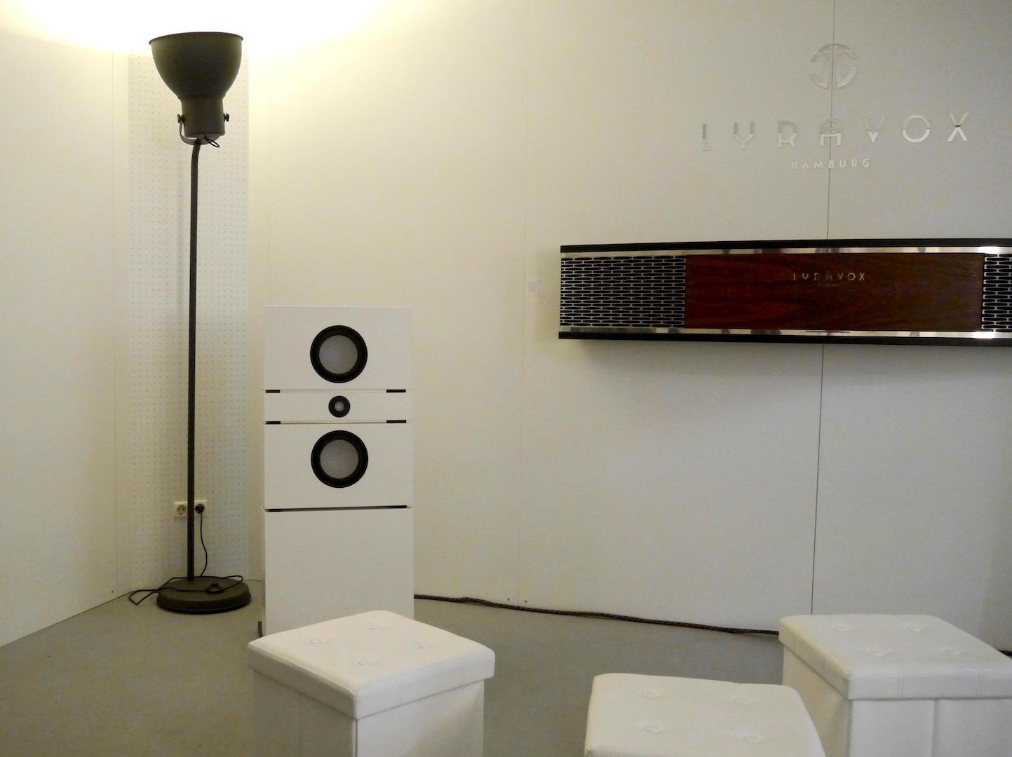 Lyravox Lautsprechersystem an der Wand und daneben am Boden