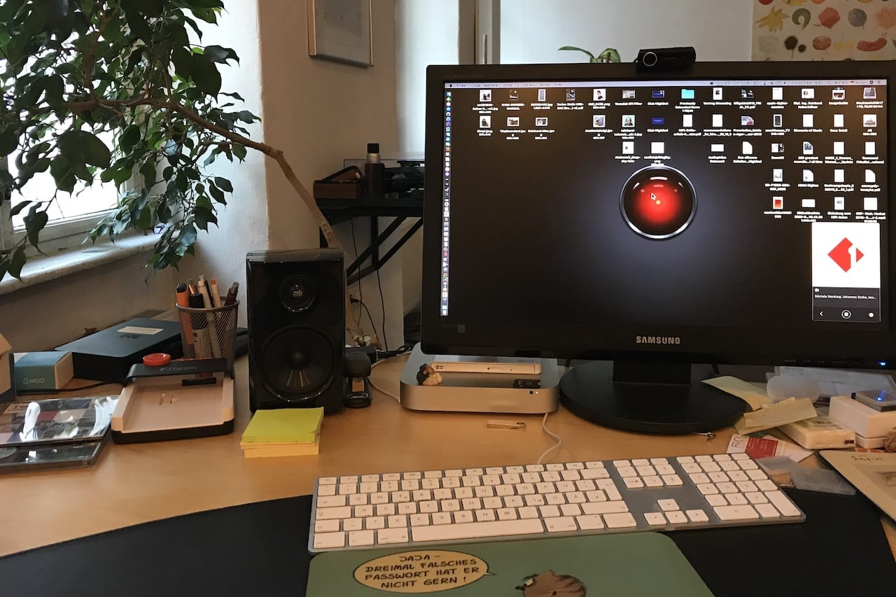 Schreibtisch mit PSP Alpha1 Lautsprecher
