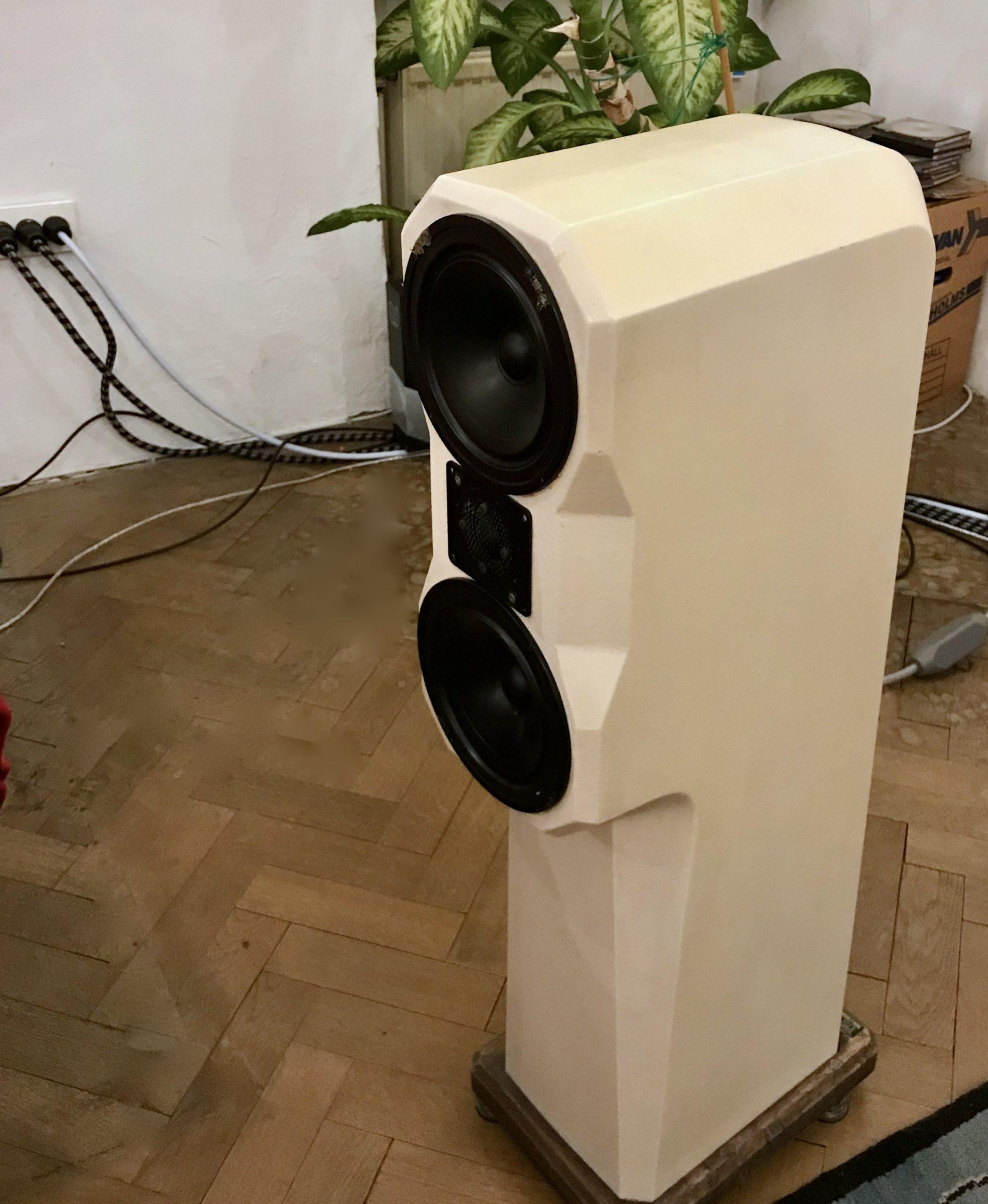 Rauna Ymer, 40 jahre alter Lautsprecher aus Beton