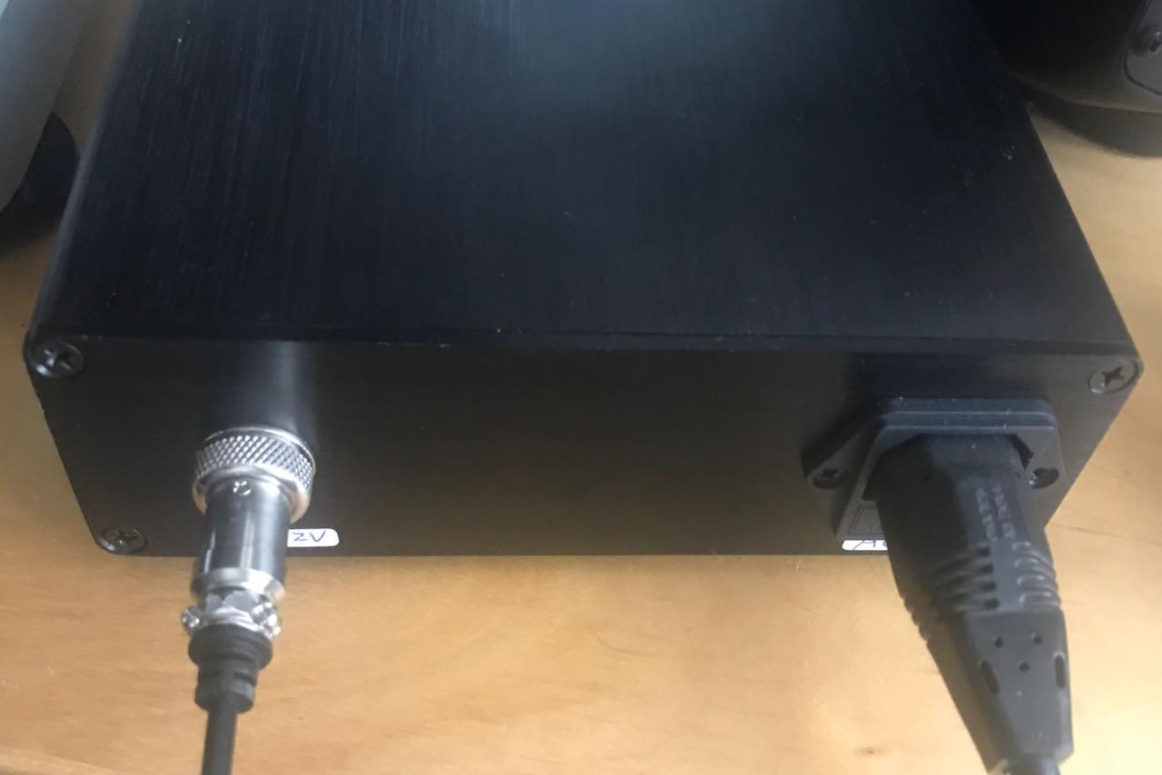 Rückwand des Netzgerätes Netz hinein, 12 V heraus.